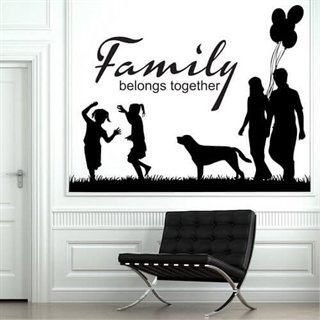 Wallstickers med teksten: Family belongs together.